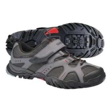Велотуфли SH-MT43G, размер 42 серый/красный ESHMT43G420GВелообувь<br>SH-MT43G, р-р 42 сер/красн.<br>Умеренная мягкость подошвы ботинок позволяет использовать их для ходьбы или езды на «топталках». Основным преимуществом, однако, является то, что обувь Shimano SH-MT43G совместима с контактными педалями, после установки шипов. Устойчивые к растяжению сетка и синтетическая кожа, из которых сделан верх ботинок, увеличивают срок их эксплуатации. Ремешок с липучкой фиксирует шнурки, предотвращая их попадание в систему. Помимо этого, достигается плотное прилегание верхней части ботинка к ноге. Подобно похожей модели с индексом «L», колодка данных ботинок увеличена и рассчитана на использование тёплых носков.<br><br>Характеристики:<br><br>    Предназначение: трейл; туризм; пешие прогулки<br>    Материалы: усиленная стекловолокном подошва из полиамида; резиновое покрытие вокруг шипов; синтетическая кожа<br>    Сезон: весна/лето/осень<br>   <br>    Вес: 796 гр.<br>    Особенности: ремешок на липучке, фиксирующий шнуровку и ногу; колодка увеличенного объёма; стандарт SPD<br>