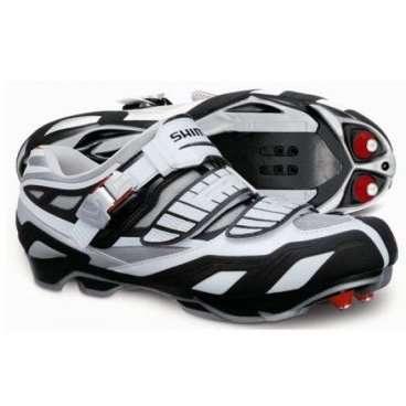 Велотуфли SH-M240, размер 45,5 белый/красный ESHM240C455Велообувь<br>SH-M240, р-р 45,5, цвет белый/красный<br><br><br>Отличный вариант ботинок для использования с контактными педалями, рассчитанный на велосипедистов-профессионалов. Высокая эффективность педалирования достигается благодаря жёсткой подошве из карбона. Носовая часть подошвы предусматривает крепление двух шипов, в случае, если предполагается передвижение по пересечённой местности и необходимо хорошее сцепление. Использовать данную обувь лучше всего в тёплое время года.<br>Характеристики:<br><br>Дисциплина: велокросс, кросс-кантри, трейл<br>Материалы: карбоновая подошва; резиновое покрытие вокруг шипов; синтетическая кожа<br>Сезон: весна/лето/осень<br>Вес: 715 гр.<br>Особенности: вставки, сделанные по специальной технологии, принимающие форму ноги при нагревании до определённой температуры; съёмные шипы; размеры ботинок «wide»; стандарт SPD<br>Цвета: белый/красный<br>