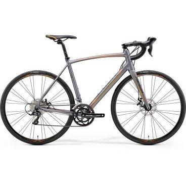 Шоссейный велосипед Merida Ride Disc 100 2017Шоссейные<br>Шоссейный велосипед продвинутого уровня с оборудованием любительского класса Shimano, 18 скоростей. Технические особенности: алюминиевая рама Ride Lite-Single BSA, жесткая вилка Race Carbon disc 15, двойные обода Merida comp 22, дисковые механические тормоза Promax Road PM. Подходит для быстрой спортивной езды по шоссе. Диаметр колес - 28 дюймов. Вес - 9,96 кг.<br>Основное<br>Модельный год2017<br>Применениешоссейный<br>Возрастная группавзрослый<br>Типмужской<br><br><br>Рама и амортизация<br><br>Материал рамыалюминий<br>Амортизациябез амортизации<br><br><br>Колеса и тормоза<br>Диаметр колес28 <br>Модель покрышекMaxxis Detonator<br>Материал ободаалюминий / Merida Comp 22 Disc /<br>Ободдвойной<br>Передний тормоздисковый механический / Promax Road PM, ротор 160 мм /<br>Задний тормоздисковый механический / Promax Road PM, ротор 160 мм /<br>Руль и трансмиссия<br>Скоростей18 шт<br>Звёзд системы2 / шатун: FSA Tempo, 50-34Т /<br>Звёзд кассеты9<br>Передний переключательShimano Claris<br>Задний переключательShimano Sora<br>Тип манеткиdual control<br>Модель манеткиShimano Claris<br>Форма руляшоссейный<br>ВыносMerida Comp OS 6<br>Модель руляMerida Expert Compact Road OS<br><br><br>Общее<br>Модель сиденьяMerida Race<br>Вес10 кг<br>