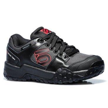 Велотуфли Five Ten Impact Low Carbon, черный (2017)Велообувь<br>Impact – вероятно, самая известная и обсуждаемая велосипедная обувь. Эти кроссовки достаточно функциональны даже для самых требовательных гонщиков и при этом вполне удобны для повседневного ношения. Верх выполнен из натуральной кожи со вставками из сетчатого материала для обеспечения оптимальной вентиляции. Особая конструкция задника под названием Slingshot дополнительно поддерживает пятку и придаёт больше уверенности во время езды. Подошва изготовлена из патентованного материала STEALTH S1, который значительно эффективнее абсорбирует удары и обеспечивает намного лучшее сцепление с поверхностью, чем традиционная резина или полиуретан.<br><br><br><br>ОСОБЕННОСТИ<br><br><br><br>Материал верха: кожа/текстиль<br><br>Материал подошвы: STEALTH S1<br>