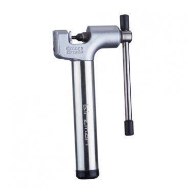Выжимка цепи Birzman Lighter Universal, серебристый, BM16-ACH06-LUВелоинструменты<br>Удобная, компактная и надёжная выжимка для цепи, которая легко поместится в подседельной сумке или в кармане одежды. Корпус выжимки изготовлен из алюминиевого сплава, а рабочая часть - из высококачественной стали.<br><br><br><br>ОСОБЕННОСТИ<br><br><br><br>Размеры: 14.5x7x2.1см<br><br>Вес: 215 граммов<br>