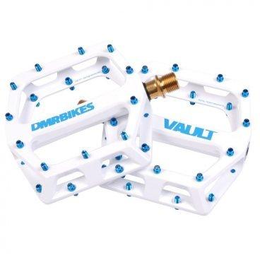 Педали DMR Vault, белый, сталь, DMR-VAULT-WПедали для велосипедов<br>Педали с тонкой и широкой платформой, которые подойдут для любого стиля катания, будь то даунхил, трейлрайдинг или дёрт. Очень лёгкие, удобные и отлично держат ногу. Корпус педали выполнен из алюминиевого сплава марки 6061, а ось – из хромомолибденовой стали. Шипы выкручиваются с обратной стороны при помощи шестигранного ключа.<br><br><br><br>ОСОБЕННОСТИ<br><br><br><br>Материал корпуса: алюминиевый сплав марки 6061<br><br>Материал оси: хромомолибденовая сталь<br><br>Размер платформы: 105х115мм<br><br>Толщина платформы: 17мм<br><br>Подшипники: закрытые промышленные<br><br>Сменные шипы<br><br>Вес: 400 граммов (пара)<br>