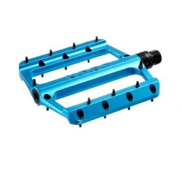 Педали Kore Rivera 9/16, синий, алюминий/сталь, KPDRVR01BLATПедали для велосипедов<br>Новые универсальные педали от Kore с широким и тонким алюминиевым корпусом. Основные особенности данной модели – закрытые подшипники и направляющая из специального композитного материала, а также сменные шипы, которые вкручиваются с обратной стороны платформы, что существенно упрощает их замену.<br><br><br><br>ОСОБЕННОСТИ<br><br><br><br>Материал корпуса: алюминиевый сплав<br><br>Материал оси: хромомолибденовая сталь<br><br>9 сменных шипов с каждой стороны платформы<br><br>Закрытые подшипники и направляющая из специального композита<br>
