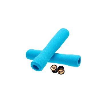Грипсы ESI Fit XC, 130 мм, силикон, голубой, FTXAQРучки и Рога<br>100 % силиконовые грипсы ESI FIT XC<br><br>* одинаково хорошо держат в сухую и мокрую погоду<br>* специальная эргономичная форма грипсы<br>* смягчают вибрации<br>* легко одеваются<br>* выдерживают любые температуры<br>* устойчивы к ультрафиолету, не твердеют и не стираются<br>* легко моются <br>* вес пары грипс 65 гр<br>* XC - стандартная версия, смешение Extra Chunky и Chunky (34-32мм)<br><br>Новые грипсы ESI FIT XC созданы для абсолютно естественного положения рук на руле. Новый дизайн перераспределяет давление ваших кистей на грипсы, значительно увеличивая контроль.<br><br>Грипсы FIT имеют три различных зоны:<br>Внутренняя – эта зона создает идеальную ступеньку для кистей, обеспечивая максимум контроля в поворотах.<br>Средняя – эта зона идеально работает при силовом педалировании или ускорении в подъемы. Наружная – самая толстая зона грипс для обеспечения повышенного комфорта кистей, особенно на спусках.<br><br>Каждая зона грипс ESI FIT плавно переходит в соседнюю, обеспечивая естественный хват кисти. Ваши руки чувствуют себя комфортно, держась за грипсу, как будто эксклюзивно сформованную под ваши кисти.<br>