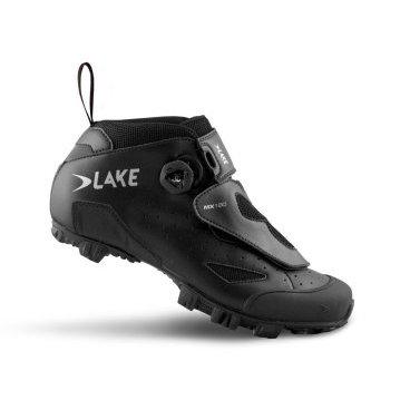 Велообувь Lake MX180, черныйВелообувь<br>Спортивная модель с дополнительными прорезиненной вставками-шипами в подошве MX180 от Lake. Верх выполнен из перфорированной износостояйкой кожи и нейлона, плетёная сетка в вентиляционных отверстиях, также усилен в районе носка. Верх защищен дополнительной накладкой-язычком. Данная модель ориентирована на активную езду с отличной фиксацией стопы, но за счет чуть более просторного ботинка, обеспечивает больший комфорт по сравнению с гоночными версиями, легкая и быстрая фиксация низа ботинка застёжкой-липучкой и верха струнной системой  BOA с кнопкой-крутилкой для затягивания и быстрого сброса шнуровки.<br><br>Внимание: Маломерки, рекомендуется заказывать на размер больше от вашего стандартного размера.<br>