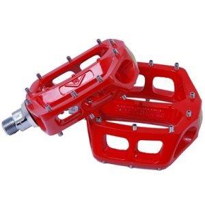 Педали велосипедные DMR V-12, алюминий, красный, DMR-VV12-R9Педали для велосипедов<br>Популярные педали V12 теперь стали ещё лучше: платформа теперь стала шире и тоньше, а масса уменьшилась на 20%. В остальном, это всё те же V12 – надёжные и удобные алюминиевые педали со сменными шипами и закрытыми подшипниками.<br><br>Характеристики:<br><br>Материал корпуса: алюминиевый сплав<br>Материал оси: хромомолибденовая сталь<br>Закрытые подшипники<br>Шипы выкручиваются при помощи шестигранного ключа<br>Толщина платформы: 16мм<br>Вес: 430 грамм (пара)<br>