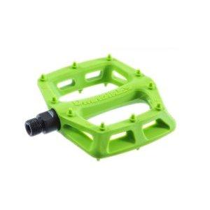 Педали велосипедные DMR V-6 Plastic, зеленый, DMR-V6-GNПедали для велосипедов<br>V6 – это новая версия культовых педалей V12 с корпусом из высокопрочного нейлона. Благодаря нейлоновой платформе и максимально простой неразборной конструкции, педали получились действительно лёгкими – пара весит всего 327 граммов. Ключевые преимущества данной модели – широкая тонкая платформа и полноразмерные шипы, которые нечасто можно увидеть на педалях из композитных материалов.<br><br><br><br>ОСОБЕННОСТИ<br><br><br><br>Материал корпуса: высокопрочный нейлон<br><br>Материал оси: сталь (хромомолибденовый сплав)<br><br>Полноразмерные шипы<br><br>Вес: 327 граммов<br>