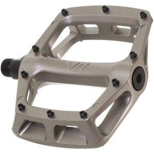 Педали велосипедные DMR V-8, алюминий, серый, DMR-V8-GYПедали для велосипедов<br>Новые педали V8 – это всё та же надёжность и вогнутый профиль, что у классических V8, но литая платформа теперь стала шире и тоньше. Педали изготовлены из авиационного алюминия, а кроме того, теперь здесь используются обслуживаемые направляющие и сменные шипы.<br><br><br><br>ОСОБЕННОСТИ<br><br><br><br>Материал: алюминиевый сплав<br><br>Обслуживаемые направляющие<br><br>Сменные шипы<br><br>Ось из хромомолибденовой стали марки 4130<br>