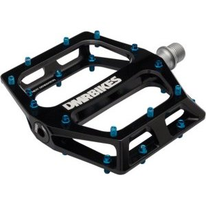 Педали велосипедные DMR Vault, алюминий, черный, DMR-VAULT-KПедали для велосипедов<br>Педали с тонкой и широкой платформой, которые подойдут для любого стиля катания, будь то даунхил, трейлрайдинг или дёрт. Очень лёгкие, удобные и отлично держат ногу. Корпус педали выполнен из алюминиевого сплава марки 6061, а ось – из хромомолибденовой стали. Шипы выкручиваются с обратной стороны при помощи шестигранного ключа.<br><br><br><br>ОСОБЕННОСТИ<br><br><br><br>Материал корпуса: алюминиевый сплав марки 6061<br><br>Материал оси: хромомолибденовая сталь<br><br>Размер платформы: 105х115мм<br><br>Толщина платформы: 17мм<br><br>Подшипники: закрытые промышленные<br><br>Сменные шипы<br><br>Вес: 400 граммов (пара)<br>