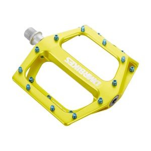 Педали велосипедные DMR Vault, желтый, алюминий, DMR-VAULT-LLПедали для велосипедов<br>Педали с тонкой и широкой платформой, которые подойдут для любого стиля катания, будь то даунхил, трейлрайдинг или дёрт. Очень лёгкие, удобные и отлично держат ногу. Корпус педали выполнен из алюминиевого сплава марки 6061, а ось – из хромомолибденовой стали. Шипы выкручиваются с обратной стороны при помощи шестигранного ключа.<br><br><br><br>ОСОБЕННОСТИ<br><br><br><br>Материал корпуса: алюминиевый сплав марки 6061<br><br>Материал оси: хромомолибденовая сталь<br><br>Размер платформы: 105х115мм<br><br>Толщина платформы: 17мм<br><br>Подшипники: закрытые промышленные<br><br>Сменные шипы<br><br>Вес: 400 граммов (пара)<br>