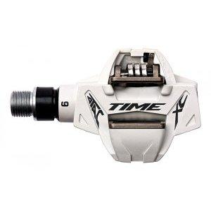 Педали велосипедные контактные TIME Atac XC 6, белый, 1307306Педали для велосипедов<br>Педали из знаменитой серии ATAC обеспечивают легкое встегивание и полностью контролируемое выстегивание в любых условиях, благодаря меньшему, чем в других контактных педалях, натяжению пружин. Оптимальный угол выстегивания (13 или 17 градусов) также добавляет уверенности при езде на горном велосипеде. Вы моментально встегнете ногу в педаль и освободите ее только тогда, когда сами того захотите, вне зависимости от рельефа и метеоусловий. <br><br><br><br>Данная модель с полой стальной осью и композитным корпусом отличается малым весом (145г) и особенно хороша для езды в неблагоприятных погодных условиях, как и другие педали серии ATAC.<br><br><br><br>ОСОБЕННОСТИ<br><br><br><br>Материал корпуса: карбон<br><br>Материал оси: сталь<br><br>Угол выстёгивания от 13 до 17 градусов<br><br>Отлично подходит для езды в неблагоприятных погодных условиях<br><br>Вес: 145 граммов<br>
