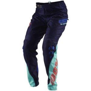 Велоштаны 100% R-Core DH Pants, синий 2018Велоштаны<br>Новые штаны от 100%, созданные специально для любителей даунхила. Модель выполнена из плотного и устойчивого к истиранию синтетического материала. Благодаря особому крою такие штаны очень удобны и отлично подойдут для ношения поверх защиты.<br><br><br><br>ОСОБЕННОСТИ<br><br><br><br>Материал: полиэстер<br><br>Регулируемая застёжка классического типа<br><br>Оригинальная графика, которая не тускнеет со временем<br><br>Карман на молнии<br>