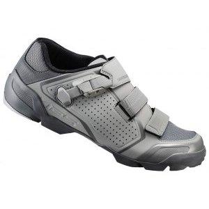 Велотуфли Shimano SH-ME500G, серыйВелообувь<br>Новые контактные велотуфли для катания по трейлам и эндуро. Специально разработанная модель для бездорожья с повышенной прочностью и эффективной передачей энергии, при этом достаточно мягкая для ходьбы. Благодаря ассиметричному дизайну лодыжка дополнительно защищена, а застежки обеспечивают надежную фиксацию ноги. <br><br>• Сверхнизкопрофильная застёжка с обратным креплением и ремешки Cross X надёжно удерживают стопу<br>• Стелька с повышенной амортизацией<br>• Долговечная резиновая подошва двойной плотности обеспечивает сцепление в любых условиях<br>• Индекс жесткости 6<br>• Вес: 385 грамм<br>• Рекомендуемые педали: Shimano M8020, Shimano M8000<br>