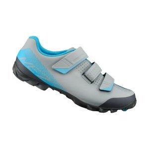 Велотуфли Shimano SH-ME200, серо-голубойВелообувь<br>Прочные и функциональные ботинки начального уровня для маунтинбайка. Качество и комфрт по доступной цене. Отлично подойдут для велосипедистов, которые только осваивают контактные педали или хотят иметь легкие ботинки для повседневного катания и выездов на трейлы.<br><br>Характеристики:<br><br>3 застёжки-липучки для надежной фиксации стопы<br>Разное направление застёжек гарантирует стабильное положение стопы при педалировании<br>Резиновый протектор гарантирует уверенное сцепление<br>Подошва усилена стекловолокном для оптимальной передачи усилия на педали<br>Материал: синтетическая кожа<br>Вес пары: 730 грамм (размер 42)<br>