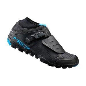 Велотуфли Shimano SH-ME700, черныйВелообувь<br>Всепогодные велосипедные ботинки для трейла и эндуро, выдерживают даже экстремальные условия. Мягкий высокий верх из неопрена защищает от воды и грязи. Система быстрой шнуровки и баклая с микро-регулировкой обеспецивают надежное облегание и фиксацию ноги. Подошва имеет широкий канал для встрегивания и выстегивания. Высокий индекс жесткости означает, что при педалировании усилие максимально передается на педаль.<br><br>• Небольшая масса и удобство педалирования, долговечность, прочность и надежная защита, которые требуются на бездорожье<br>• Эластичное неопреновое голенище - дополнительная защита от попадания грязи<br>• Система быстрой шнуровки с надёжным облеганием<br>• Сверхнизкопрофильная застёжка с обратным креплением надёжно удерживает ногу<br>• Стелька с повышенной амортизацией<br>• Высокоэффективная резиновая подошва Michelin двойной плотности обеспечивает превосходное сцепление с поверхностью в сочетании с долговечностью, устойчивостью и сопротивлением проскальзыванию<br>• Индекс жесткости: 8<br>• Вес: 375 грамм<br>• Рекомендуемые педали - Shimano M9020, Shimano M9000<br>