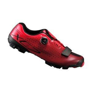 Велотуфли Shimano SH-XC700, красныйВелообувь<br>Комфортные гоночные туфли для кросс-кантри. Жесткие благодаря внутренней карбоновой подошве, система быстрой шнуровки BOA надежно фиксирует ногу. Подошва из резины Michelin High-Performance обеспечивает отличное сцепление на любой поверхности. <br><br>• Сверхжёсткая и лёгкая промежуточная подошва<br>• Перфорированная мягкая синтетическая кожа высокой плотности для превосходного прилегания<br>• Защёлки Boa IP1 с направляющей Powerzone и передний ремешок надёжно удерживают стопу<br>• Адаптируемая чашеобразная стелька<br>• Оригинальная подошва Michelin®, противоскользящий рисунок подошвы обеспечивает превосходное сцепление<br>• Индекс жесткости: 9<br>• Вес: 335 грамм<br>• Совместим с педалями стандарта SPD<br>• Рекомендуемые педали: Shimano M8000<br>
