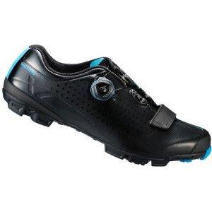 Велотуфли Shimano SH-XC700L, черныйВелообувь<br>Комфортные гоночные туфли для кросс-кантри. Жесткие благодаря внутренней карбоновой подошве, система быстрой шнуровки BOA надежно фиксирует ногу. Подошва из резины Michelin High-Performance обеспечивает отличное сцепление на любой поверхности. <br><br>• Сверхжёсткая и лёгкая промежуточная подошва<br>• Перфорированная мягкая синтетическая кожа высокой плотности для превосходного прилегания<br>• Защёлки Boa IP1 с направляющей Powerzone и передний ремешок надёжно удерживают стопу<br>• Адаптируемая чашеобразная стелька<br>• Оригинальная подошва Michelin®, противоскользящий рисунок подошвы обеспечивает превосходное сцепление<br>• Индекс жесткости: 9<br>• Вес: 335 грамм<br>• Совместим с педалями стандарта SPD<br>• Рекомендуемые педали: Shimano M8000<br>