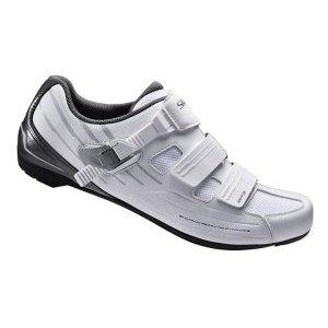 Велотуфли Shimano SH-RP300, белыйВелообувь<br>Удобные туфли среднего уровня для прогулок и тренировок в зале. Легкая подошва на основе стекловолокна, с использованием технологии Dynaplast. Стелька адаптирующаяся к форме ноги. Облегченный верх с улучшенной вентиляцией и привлекательным внешним видом. Застегивается на микротрещотку и две липучки. Крепление для горных и шоссейных шипов SPD<br>