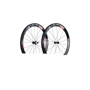 Колесо задн. FSA VISION TC-50 Carbon Campa VT-867Колеса для велосипеда<br>Характеристики:Обод из углепластика для трубчатых шин высотой 50 мм и шириной 23 ммПередняя втулка из углепластикаНовая фрезерованная задняя втулка6 уплотненных картриджных подшипников (2 спереди + 4 сзади), установленных на ось втулки диаметром 17 ммАэродинамические спицыКолесо заспицовано вручную.РАЗМЕРЫАлюминиевая кассета для Shimano 9-10 скоростей или Campagnolo 10-11 скоростей.Спицы (спереди/сзади): 18 с радиальным набором спереди; 21 сзади, 14 с набором в два креста с приводной стороны и 7 с радиальным набором с неприводной стороны (соотношение 2:1)Минимальная ширина покрышки - 23 ммПОКРЫТИЕОбодья – карбон 3KПередняя втулка – карбон 3KЗадняя втулка – анодированное черноеВес1470 г / пара (без эксцентриков)В комплекте специальные эксцентрики из углепластика (QR-89), тормозные колодки, удлинители ниппелей и чехлы для колес                                                                                        Общие характеристики:                                            Артикул:710-0214T                        Брэнды:FSA                                                Категория:Колёса<br>