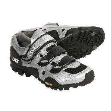 Велообувь Lake MX165, серебристыйВелообувь<br>Велотуфли Lake MX165 - это универсальная обувь, простая и надежная. При этом с достаточно жёсткой подошвой для эффективного педалирования. В этих ботинках удобно и ходить и ездить по любому покрытию.<br><br><br>Особенности Lake MX165:<br><br>Подошва: Vibram® Mountain, делает удобной ходьбу даже по камням. В комплекте допольнительные грунтозацеы Mudstuds™, вкручивающиеся под носок - незаменимы при подъеме пешком в гору, особенно по мягкому грунту.<br>Верх: Выполнен искусственной кожи и вентиляционных сеточек TeKtile™, которые кроме прочего быстро отводят воду.<br>Застежка: Легко наодеваются и подтягиваются - три липучки позволяют быстро отрегулировать затяжку по всему ботинку. Под липучками есть и шнурки, но их использование остается на выбор пользователя.<br>Совместимость: SPD крепление шипов.<br>