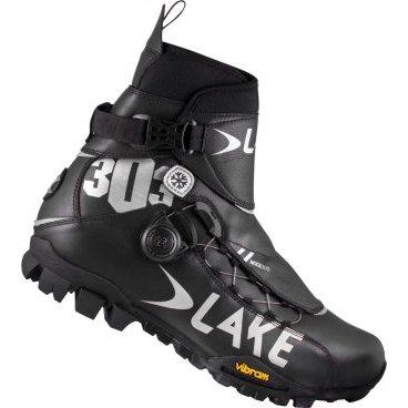 """Велообувь зимняя Lake MXZ303-X, черно-серыйВелообувь<br>Любители зимнего катания на велосипеде знают, как трудно подобрать необходимую обувь. Она должна быть лёгкой и тёплой, а в слякоть должна защитить ноги от влаги. Таким критериям соответствует велообувь """"Lake MXZ303-X"""".<br>Наружная часть сшита из прочной кожи, к тому же расположение швов способствует максимальному комфорту ступни. В местах перегиба кожа не трескается, а швы не расходятся. Нос сделан сплошным, что препятствует проникновение воды из – под колеса внутрь ботинка. Такая система делает обувь абсолютно непромокаемой. Для лучшей циркуляции крови в пальцах ног, а следовательно лучшего снабжения теплом, нос ботинка сделан более широким, но это не мешает ему прочно сидеть на ноге. Толстая стелька и подошва, изготовленная из микропористой резины.<br>"""