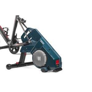 Велотренажер Elite Turno, жидкостный тормоз, интерактивный, складной, EL0172001Велостанки<br>Велостанок Elite Turno с прямым приводом, системой жидкостного сопротивления и реалистичными режимами работы. Применяется для тренировок в помещении на шоссейных и MTB велосипедах с трансмиссией 9/10/11-speed.<br><br>В конструкции применена интегрированная технология жидкостного сопротивления с прогрессом, когда сопротивление постепенно увеличивается со скоростью. Высокая степень гладкости педалирования обеспечивается применением силиконового масла Elite.<br><br>Установленный внутренний датчик Misuro B+ станок позволяет приложению Elite My E-Training и программам сторонних производителей отслеживать параметры тренировки на смартфоне или компьютере.<br><br>Прямая передача выходной мощности достигается посредством прямого соединения между тренером и цепью велосипеда. Эта конструкция исключает все формы проскальзывания: при запуске, ускорении или при самых интенсивных спринтах.<br>Отличительные особенности<br><br>    Велостанок для тренировок на своём велосипеде в помещении<br>    Для тренировок на шоссейных и MTB велосипедах с трансмиссией 9/10/11-speed<br>    Интегрированная технология жидкостного сопротивления с прогрессом при увеличении скорости<br>    Прямая передача мощности между цепью и велостанком<br>    Измерение каденции, мощности и скорости встроенным датчиком<br>    Работа со смартфоном или компьютером с приложением My E-Training и программами сторонних производителей<br>    Быстро и легко складывается для хранения или транспортировки<br>    Доступна Freehub, совместимая со скоростными кассетами Campagnolo 9/10/11<br>