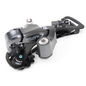 Переключатель задний SHIMANO Claris R2000, 8 скоростей, GS, черный, ERDR2000GSПереключатели скоростей на велосипед<br>Литая дюралевая конструкция наружного линка и платформы, движущаяся на 4-х стальных осях.<br>Линки натяжителя стальные с длинным плечом.<br>Возвратная пружина круглого сечения на 19 витков.<br>Фторопластовые ролики 11 т вращаются на втулках скольжения.<br>Совместим с 8-скоростной кассетой, минимальная звезда 11т, максимальная-34т.<br>Максимальная разность спереди 20 т.<br>Наружная (без инструмента) регулировка натяжения троса поворотной фторопластовой гайкой.<br>Сзади платформы два регулировочных винта, ограничивающих крайние положения.<br>Фиксация стандартная на крюк рамы.<br>Тип работы Low Normal с шагом 2:1.<br>Шаг соответствует 8 скоростной трансмиссии от Shimano.<br>