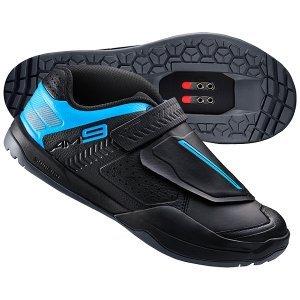 Велотуфли Shimano SH-AM900, черныйВелообувь<br>Велосипедные ботинки для даунхилла, агрессивного эндуро и трейла. В них Вы сможете победить силу тяжести и всегда готовы сражаться с любыми спусками уверенно и контролируемо. Больше контроля на велосипеде и пешком.<br><br>• Pedal Channel обеспечивает более устойчивую платформу между туфлей и педалью в непристегнутом состоянии<br>• Фрикционный протектор на носке и пятке улучшает сцепление<br>• Конструкция из пенопласта EVA снижает вес туфли до менее 800 г<br>• Дополнительная защита для агрессивного катания - усиленный нос ботинка для защиты пальцев<br>• Асимметричное высокое голенище с подкладкой и подошва с боковинами защищают вашу ногу<br>• Закрытые шнурки с дополнительным ремешком с кольцом обеспечивают надежное удерживание ноги с равномерным натяжением<br>• Увеличенный диапазон регулировки шипа<br>• Индекс жесткости - 5<br>• Вес пары - 744 грамма (40-ой размер)<br>