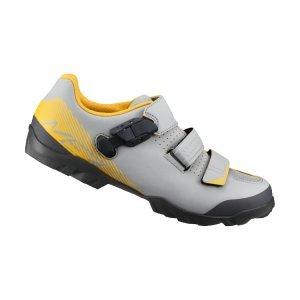 Велотуфли Shimano SH-ME300, серо-желтыйВелообувь<br>Многофункциональные ботинки для бездорожья. Созданы для оптимального сочетания педалирования и ходьбы. Отличный выбор для любителей различных направлений маунтинбайка. <br><br>Характеристики:<br><br>Прослойка подошвы TORBAL обеспечивает комфорт и оптимальную циркуляцию воздуха вокруг стопы<br>Застёжка бакля и перекрёстные липучки надёжно фиксируют ногу<br>Резиновый протектор гарантирует уверенное сцепление<br>Подошва усилена стекловолокном для оптимальной передачи усилия на педали<br>Материал: синтетическая кожа<br>Вес пары: 762 грамм (размер 42)<br>