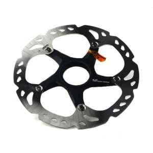 Тормозной диск Shimano XTR 160mm CLТормоза на велосипед<br>Тормозной диск (ротор) Shimano XTR RT98 отличается небольшим весов и высокой степенью надежности. Эти диски греются на 35% меньше.В производстве этих дисков применяется инновационная технология Ice Tech.С технической точки зрения Shimano XTR RT98 представляет собой композитную деталь. Вокруг алюминиевой сердцевины расположены два слоя нержавеющей стали. Таким образом удалось соединить преимущества от использования обоих этих металлов.Эффективность и надежность стали в сочетании с легкостью и теплопроводностью алюминия. Эти диски греются на 35% меньше.Таким образом тормозные колодки прослужат дольше.Паук сделан полностью из алюминия. Такая конструкция позволяет сэкономить несколь драгоценных грамм, но основное преиущество все в том же рассеивании тепла.Алюминиевый паук в отличие от стального меньше греется и добавляет больше жесткости. Таким образом ротор будет меньше деформироваться.Тормозные дисковые роторы XTR RT98 Ice Tech роторы имеют толщину 1,9 мм, как и другие модели, выпускаемые компанией Shimano.Крепление Centre LockДиаметр 160ммВес: 126 гр.                                                                                        Общие характеристики:                                            Артикул:SMRT-98                                                                        Категория:Тормоза<br>