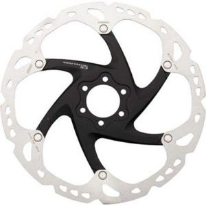 Тормозной диск Shimano XT 160mm 6 отвТормоза на велосипед<br>Роторы Shimano XT обладают превосходными характеристиками благодаря трехслойной конструкции из нержавеющей стали и сплава, которая распределяет тепло во время гонки.Характеристики:Конструкция ротора из плакированной стали/сплава/стали позволяет быстро отводить выделяемую при торможении теплоту через алюминиевый сердечник, снижая температуру поверхности на 50 °C. При использовании колодок Ice-Tec температура поверхности может падать приблизительно с 400 до 300 °C, что обеспечивает лучшую общую производительность.Повышенное рассеивание теплоты роторов Ice-Tec позволяет повысить их срок службы, снизить шум и износ.Система установки на 6 болтахКонтактная поверхность ротора разработана для обеспечения прекрасной очистки и охлаждения колодок, что повышает характеристики и срок службы.Поверхность ротора поддерживает большая звезда из кованого сплава, которая увеличивает жесткость и снижает вес.                                                                                        Общие характеристики:                                            Артикул:SM-RT86M                                                                        Категория:Тормоза<br>