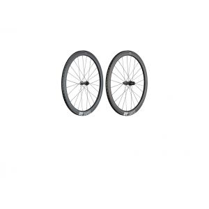 Колеса DT SWISS 1400 SPL 47 Carbon Disc Shimano 11VКолеса для велосипеда<br>ОписаниеКолеса DT SWISS ERC 1400SPLINE®47Carbon DiscКолеса DT SWISS 1400 Spline созданы для длительных гонок и тренировок по смешанным покрытиям, когда требуется максимальная производительность и комфорт при движении по неровностям. С одной стороны широкие ободаделают возможным использование покрышки до 28 мм, с другой - установка узкой резины в сумме с аэродинамическим профилем позволит ощутить все преимущества лёгких соревновательных колёс. Особая жёсткость и управляемость достигаются за счёт крепления на осях. Этим колёсам не страшны гонки по брусчатке, неровному асфальту или даже экстренный съезд на обочину.Данная версия колёс имеет крепление ротора CenterLoock и предназначена только для использования с дисковыми тормозами.Технические характеристикиРазмер колеса: 622 мм (29 / 700 мм)Тип креплениия колеса: перед ось 12x100 мм; занее 12x142 ммМатериал обода: карбонТип обода: клинчерныйВысота обода 47 ммВнутренняя ширина: 19 ммНаружная ширина: 27 ммНиппель: DT Pro LoockВтулка: DT Swiss 240Барабан:DT Swiss Ratchet 36Совместимость барабана: Shimano, Sram, Campagnolo 8-11 скоростейТип тормоза: дисковый, крепление ротора CenterLoockСпицы:DT aerolite®straightpullТип спицовки: 2 крестаВес пары: 1538 гВес переднего колеса: 706 гВес заднего колеса: 832 гРекомендуемые ограничения по весу велосипедиста: 120 кгКлассификация по ASTM: 2                                                Общие характеристики:    Артикул:WERC140AIDXCO04412    Брэнды:DT Swiss    Год:2018    Категория:Колёса<br>