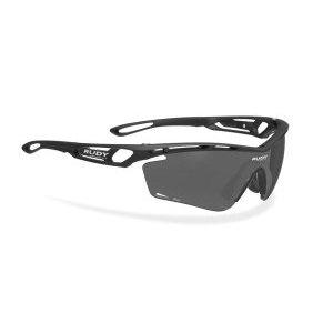 Очки Rudy Project TRALYX SX Matt BLACK - SMOKE BLACKВелоочки<br>ОписаниеОчки Rudy Project TRALYX SX Matt BLACK - SMOKE BLACKПрименениеСпортивные очки для занятия велосипедом, бегом, лыжами, активного отдыха.Tralyx - одна из самых продвинутых и технологичных моделей Rudy Project, способная покорить с первого взгляда. Любимые очки многих профессионалов и любителей спорта вполне заслужили свою репутацию: они сочетают лучшую функциональность с более высокими характеристиками и качеством линз, чем у конкурентов. Аэродинамический дизайн сотверстиями для вентиляции создан на основе научных исследований и обеспечивает оптимальную циркуляцию воздуха для предотвращения запотевания очков.Профиль выполнен таким образом, что потоки нагнетаемого воздуха не мешают зрению. Глаза надёжно защищены от попадания пыли, песка, брызг и любого крупного мусора за счёт прочного матерала оправы идеформируемых линз, не образующих осколков даже при сильном повреждении.ТехнологииADJUSTABLE NOSE PIECEРегулируемый наносник позволяет изменить посадку и добиться максимального комфорта.ADJUSTABLE TEMPLESРегулируемые заушины для лучшей фиксации очков вне зависимости от формы головы.GRILAMID FRAMEДля особой долговечности рамка очков изготовлена из Grilamid® - это лёгкий ударопрочный гипоаллергенный высококачественный термопласт стабильный при длительном использовании и перепадах температуры.QUICK CHANGE SYSTEMСистема Quick Change позволяет осуществлять быструю замену линз разного типа и размера. Это обеспечивает наибольшую функциональность и идеальные условия для зрения при любых погодных условиях.LENS SHAPESШирокий диапазон регулировок для подгонки посадки всегда был отличительным качеством продукции Rudy Project. Новые линзы размеров SX и XL - ясное подтверждениеэффективной работы в заданном направлении. Размер соответствует форме лица и обеспечивает оптимальные условия и защиту для глаз.POWERFLOWНовая система PowerFlow обеспечивает беспрецедентную терморегуляцию благодаря научному подходу к исследов
