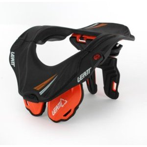 Защита шеи подростковая Leatt GPX 5.5 Brace Junior, оранжево-черный, 1014010022Защита шеи<br>Обновлённая версия самой популярной и технологичной защиты шеи в мире, созданная специально для юных гонщиков. Лёгкая и комфортная, она не сковывает движений и обеспечивает максимальную безопасность, что подтверждает сертификат CE. Кроме того, данную модель легко отрегулировать и подогнать под себя – а это критически важно не только для удобства, но и для эффективности защиты. Благодаря низкопрофильным боковым частям, GPX 5.5 Junior отлично подходит для детей и подростков.<br><br><br><br>ОСОБЕННОСТИ<br><br><br><br>Защита шеи, созданная специально для юных гонщиков<br><br>Отвечает требованиям стандарта безопасности CE<br><br>Благодаря низкопрофильным боковым частям, данная модель отлично подходит для детей и подростков<br>