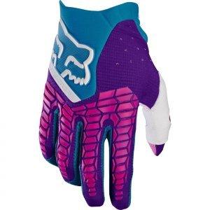 Велоперчатки Fox Pawtector Glove, голубой 2017Велоперчатки<br>Классические вело и мотокроссовые перчатки от Fox. Основные особенности данной модели – неопреновые и резиновые накладки на костяшках, удобная застёжка и ладонь, отделанная двойным слоем искусственной кожи Clarino. Словом, отличное сочетание эффективной защиты, внешнего вида и функцииональности.<br><br><br><br>ОСОБЕННОСТИ<br><br><br><br>Материал: текстиль, искусственная кожа<br><br>Ладонь отделана двойным слоем искусственной кожи Clarino<br><br>Силиконовые накладки для лучшего сцепления с рулём<br><br>Защитные накладки на костяшках из резины и неопрена<br><br>Удобная застёжка на крючке<br>