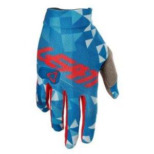 Велоперчатки Leatt GPX 2.5 X-Flow, сине-красный 2018Велоперчатки<br>Стильные и технологичные перчатки – самая лёгкая модель из линейки Leatt. Верх этих перчаток выполнен из эластичного сетчатого текстиля X-Flow, ладонь отделана самым современным материалом под названием NanoGrip, который обеспечивает наилучшее сцепление как в сухих, так и во влажных условиях. А накладки из специальной прозрачной плёнки на пальцах и костяшках обеспечивают дополнительную защиту и долговечность. Стоит также обратить внимание на их стильный внешний вид и на совместимость с сенсорными дисплеями – словом, если вы серьёзно относитесь к катанию, то эта модель однозначно для вас.<br><br><br><br>ОСОБЕННОСТИ<br><br><br><br>Материал: текстиль/Nanogrip<br><br>Модель без застёжек<br><br>Защитные накладки из специальной прозрачной плёнки<br><br>Подходят для работы с сенсорными дисплеями<br>