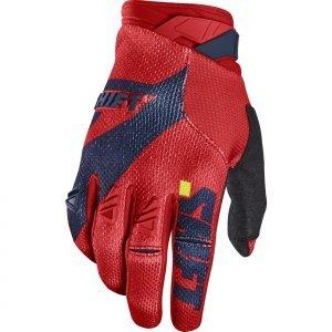 Велоперчатки Shift Black Pro Glove, сине-красный 2017Велоперчатки<br>Black Pro - новые вело и мотокроссовые перчатки от Shift. Верх модели выполнен из эластичного дышащего текстиля, а ладонь отделана тонкой искусственной кожей Clarino. Одна из особенностей этих перчаток - дополнительная накладка на большом пальце для большей прочности и долговечности. А силиконовые накладки на кончиках среднего и указательного пальцев обеспечивают лучший контроль ручек тормоза и сцепления.<br><br><br><br>ОСОБЕННОСТИ<br><br><br><br>Материал: текстиль/искусственная кожа<br><br>Дополнительная накладка на большом пальце для большей прочности и долговечности<br><br>Силиконовые накладки на кончиках среднего и указательного пальцев для лучшего сцепления<br><br>Оригинальная графика<br>