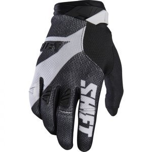 Велоперчатки Shift Black Pro Glove, черно-белый 2017Велоперчатки<br>Black Pro - новые вело и мотокроссовые перчатки от Shift. Верх модели выполнен из эластичного дышащего текстиля, а ладонь отделана тонкой искусственной кожей Clarino. Одна из особенностей этих перчаток - дополнительная накладка на большом пальце для большей прочности и долговечности. А силиконовые накладки на кончиках среднего и указательного пальцев обеспечивают лучший контроль ручек тормоза и сцепления.<br><br><br><br>ОСОБЕННОСТИ<br><br><br><br>Материал: текстиль/искусственная кожа<br><br>Дополнительная накладка на большом пальце для большей прочности и долговечности<br><br>Силиконовые накладки на кончиках среднего и указательного пальцев для лучшего сцепления<br><br>Оригинальная графика<br>