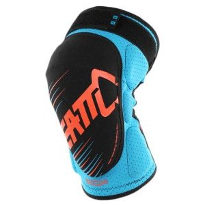 Наколенники подростковые Leatt 3DF 5.0 Knee Guard Junior, сине-оранжевый, 5016100901Защита колена<br>Мягкие наколенники, которые отлично защищают даже от сильных ударов, благодаря вставкам из патентованного пеноматериала со сложной трёхмерной структурой. Синтетический материал внутренника хорошо отводит влагу, внешняя часть усилена арамидным волокном для устойчивости к истиранию.<br><br><br><br>ОСОБЕННОСТИ<br><br><br><br>Лёгкие и удобные мягкие наколенники, созданные специально для юных райдеров<br><br>Отвечают требованиям стандарта безопасности CE<br><br>Дополнительные накладки по бокам для защиты наиболее уязвимых частей колена<br><br>Силиконовые накладки на внутренней части предотвращают сползание<br><br>Внешняя часть усилена арамидным волокном для устойчивости к истиранию<br><br>Регулируемые застёжки для идеальной подгонки по ноге<br>