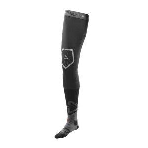Чулки Leatt Knee Brace Socks Pair 2017Велоноски<br>Длинные носки от Leatt, предназначенные специально для надевания под фиксаторы коленных суставов. Верхняя часть носка выполнена из материала MoistureCool, который хорошо дышит и эффективно отводит влагу от тела, задняя же часть – из сетчатого текстиля X-Flow для дополнительной вентиляции. Сглаженные швы обеспечат вам комфорт, а манжеты с силиконовыми накладками не позволят носкам сползти в самый неподходящий момент.<br><br><br><br>ОСОБЕННОСТИ<br><br><br><br>Длинные носки для надевания под фиксаторы коленных суставов<br><br>Специальные усиления в области пятки, голеностопа и подъёма стопы<br><br>Сглаженные швы для дополнительного комфорта<br><br>Силиконовые накладки на манжетах не позволят носкам сползти в самый неподходящий момент<br>