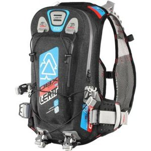 Рюкзак-гидропак Leatt DBX Enduro Lite WP 2.0, черно-сине-оранжевый, 7016000100Велорюкзаки<br>Лёгкий водонепроницаемый рюкзак Leatt, созданный специально для гонщиков эндуро. Данную модель, пожалуй, можно смело назвать самой удобной и функциональной на рынке. Верх рюкзака выполнен из непромокаемого и устойчивого к истиранию материала, все швы проклеены, внутри вы найдёте гидратор с двухлитровым резервуаром, но и это ещё не всё. Так, здесь имеется интегрированная защита спины, отвечающая требованиям стандарта безопасности CE Level 1, а также удобные стропы для крепления защиты шеи и шлема любого типа. Особая система подвески позволяет рюкзаку надёжно держаться на спине без использования поясного ремня – даже во время крутых спусков он не будет сползать и бить вас по голове.<br><br> <br><br>ОСОБЕННОСТИ<br><br>Объём рюкзака: 5 л<br>Объём гидропака: 2 л<br>Интегрированная защита спины; отвечает требованиям стандарта безопасности CE Level 1<br>Фирменная система подвески позволяет рюкзаку надёжно держаться на спине без использования поясного ремня<br>Два выхода для трубки гидратора: над плечом и подмышкой (для тех, кто ездит в шлемах типа фулл-фейс)<br>Удобные стропы для крепления защиты шеи и шлема любого типа<br>Специальный чехол для резервуара с водой обеспечивает хорошую термоизоляцию – жидкость всегда останется холодной<br>
