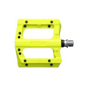 Педали велосипедные HT PA12A, неоновый желтый, PA12A017101Педали для велосипедов<br>HT PA12A  — Нейлоновая платформа со сменными стальными шипами. Стильное и функционально решение для эндуро и даунхила,  где на первый план выходит сцепление и контроль над велосипедом.<br><br>Сама платформа защищена от сколов и повреждений от камней, а благодаря использованию армированного нейлона, педали весят всего 354 грамм. При повреждении самого шипа, посадочное место не деформируется, что существенно облегачает их замену.  Повышенная устойчивость к большим нагрузкам и износу, качественное сцепление благодаря 10 шипам и  бонус в виде большого цветового спектра — делают эти педали одними из лучших на рынке в своей ценовой категории.<br><br><br><br>ОСОБЕННОСТИ:<br><br><br><br>— Вес: 354 грамма<br><br>— Размер: 100 х  95 х 17 мм<br><br>— Материал корпуса: Армированный нейлон<br><br>— Материал шипов: сталь<br><br>— Ось: CNC machined cr-moly<br>